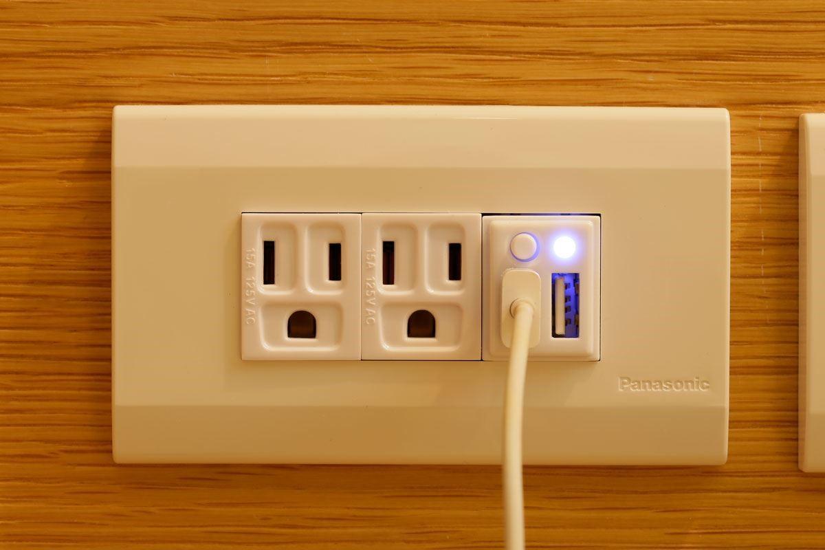 當 USB 裝置在充電時,會亮起藍色指示燈,充飽就自動斷電;也可按下藍燈旁的小圓鈕中止充電。