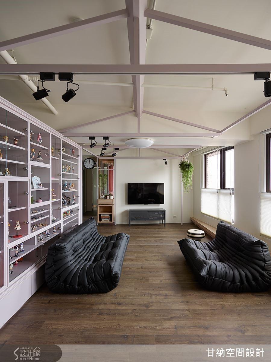 從客廳利用模型展示櫃和屋樑骨架發展出「屋中屋」概念,讓這個新空間宛如模型屋一般。所對應的客廳區,則以活動家具鋪陳出取席地而坐的設計,讓人更能夠放鬆地享受空間、欣賞公仔蒐藏品。
