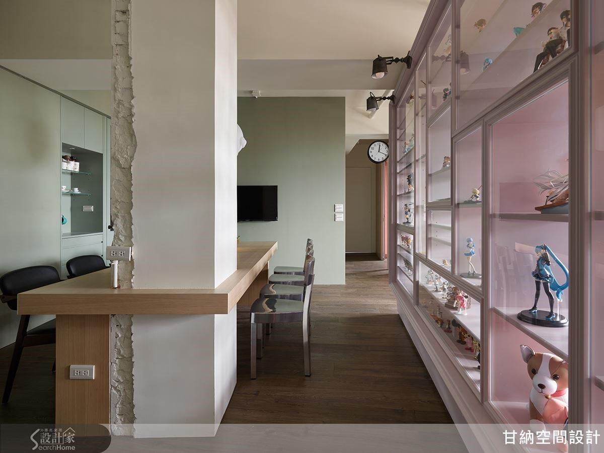 展示櫃結合玻璃而生,且與餐廳共同衍生出廊道,不同的虛實效果,讓遊走於此擁有像是行走於戶外欣賞櫥窗般的感受。