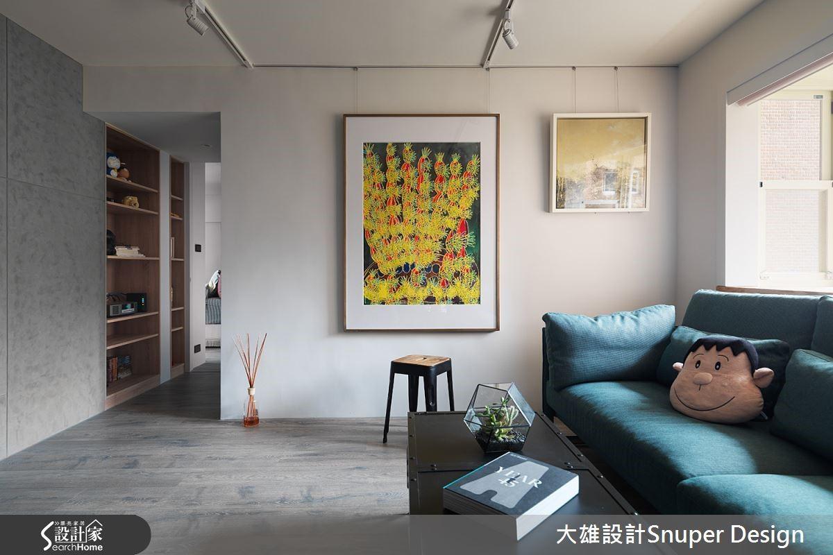 電視牆使用進口馬來漆,另一面牆面乾淨留白,加上超耐磨木地板,簡單不囉嗦發揮建材原質,強調屋主的收藏畫作及特色家具。