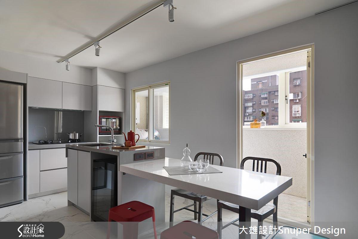 林政緯設計師強調:「一昧的敲牆除隔間,不一定能將空間調整至最佳狀態,藉由牆面的區隔在空間中創建出不同場域的韻味。」就像本案不特意拆除,客廳與廚房間的原有隔間牆,反而讓屋主有更多掛置藝術品的機會,而獨立的餐廚區域讓家中就像氣氛超好的藝文咖啡館。