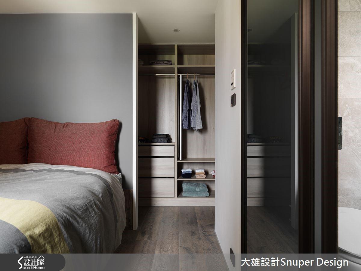主臥室與更衣室,利用舊有管道間的畸零區,重新整合為更衣室,為小空間增加更大使用可能。