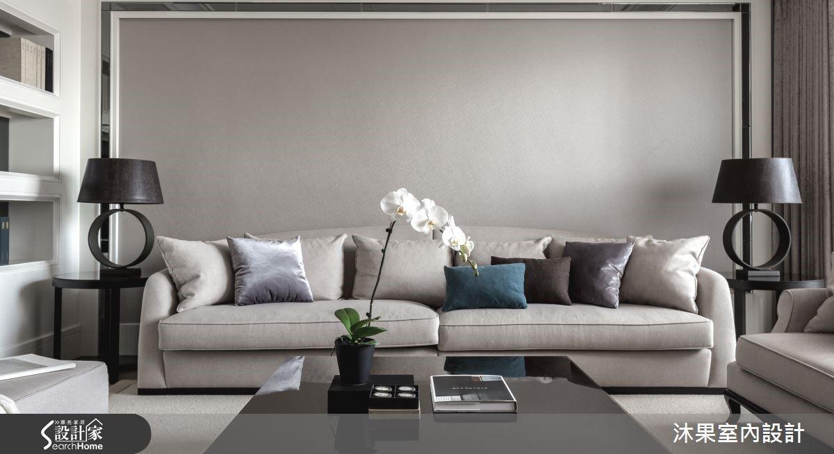 搭配同色系軟件與富有對襯美感的桌燈,既舒適又富有貴族氣息。