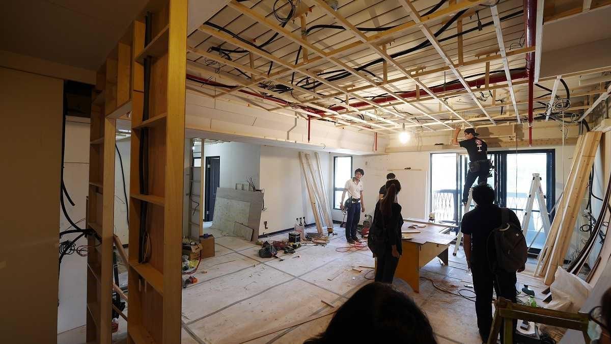 木工進場中,已先處理好樑柱和天花板架構。