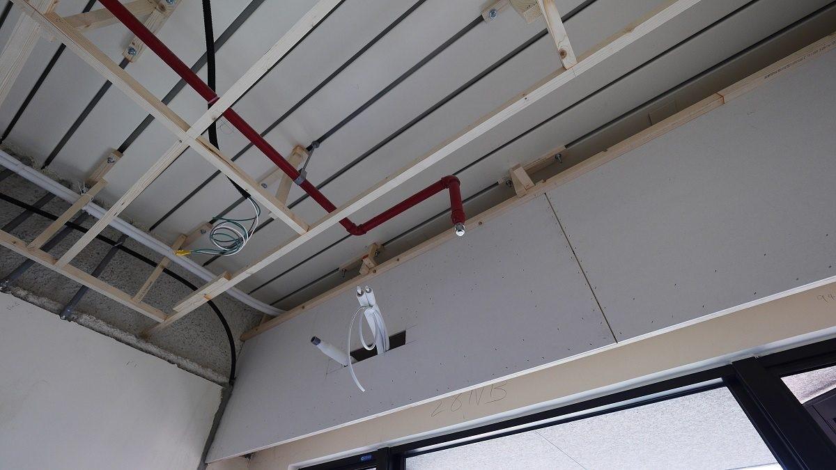 房間的灑水頭和冷氣位置不合,需要進行改管。