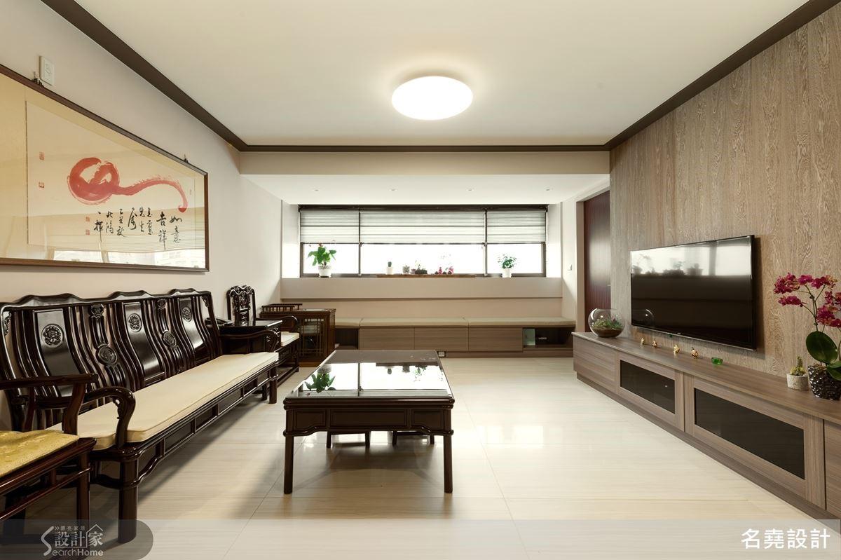 空間以原木、褐色系的軟件配置,挑選適合銀髮主人高度的家具,讓居宅超越一般住的功能,成為安心、放心、便利舒適的輕東方禪人文居所。