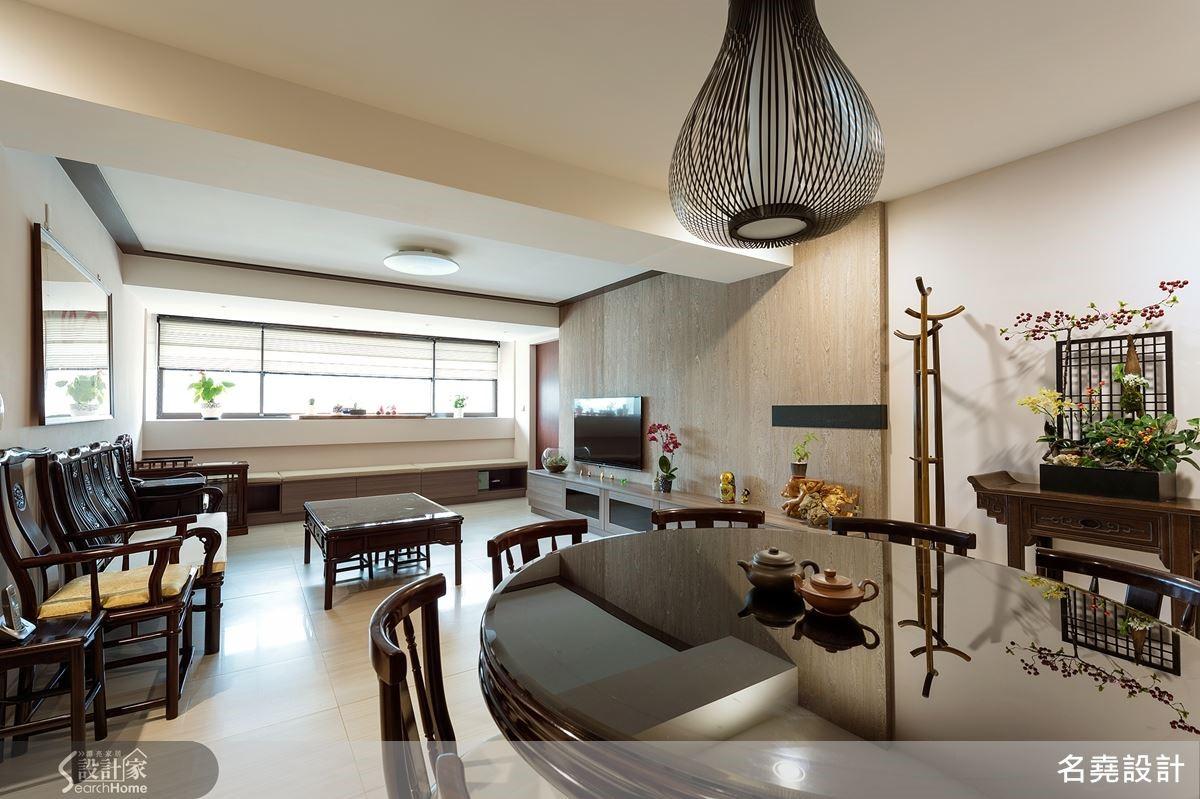 轉折入內,寬敞明亮的公領域是客廳與餐廳的融合,不刻意以樑為界,藉家具無形定義場域功能。