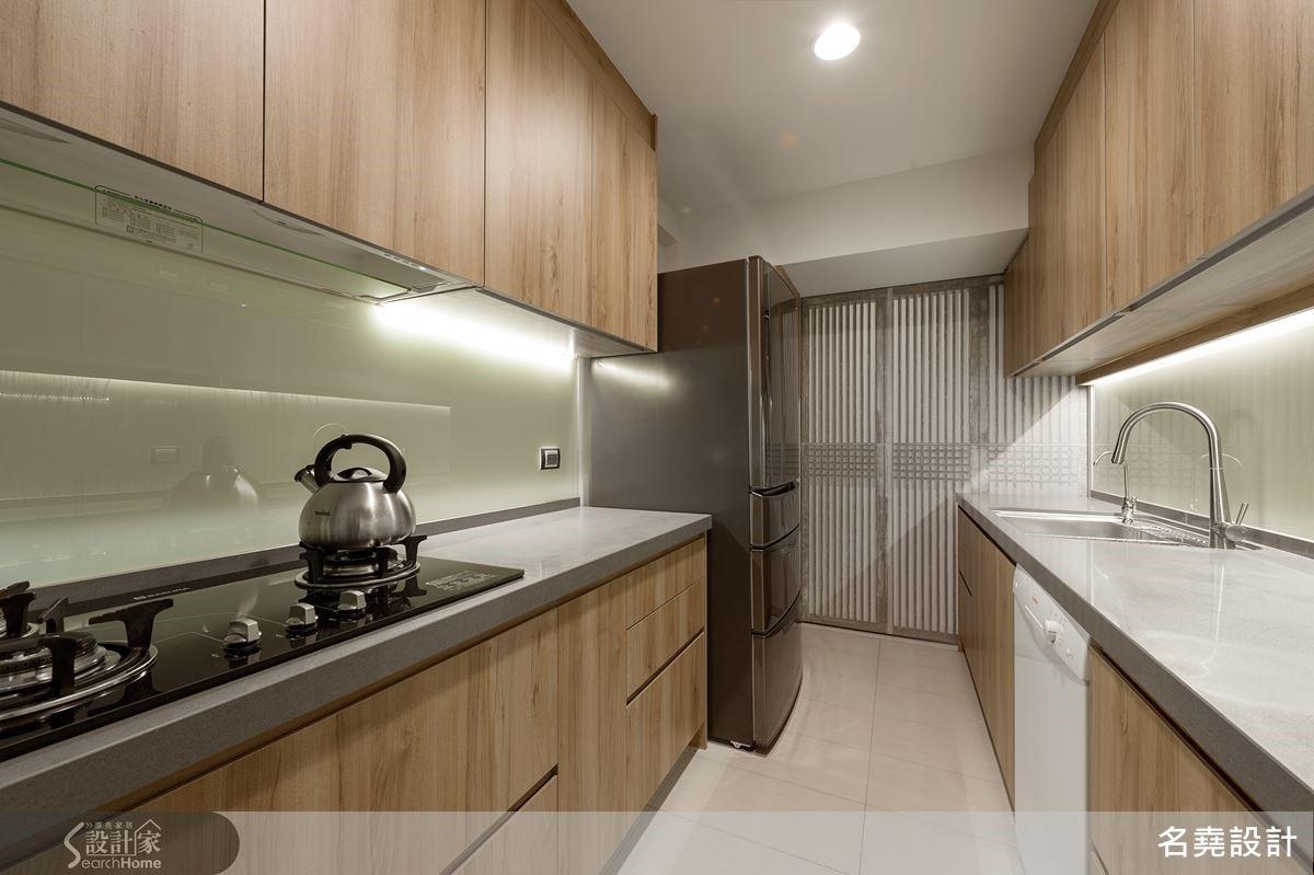 剔除原本墊高的廚房,讓地坪平整。同以了解使用習慣,建構寬敞符合使用慣性,平整動線,加乘家的安全與舒適度。
