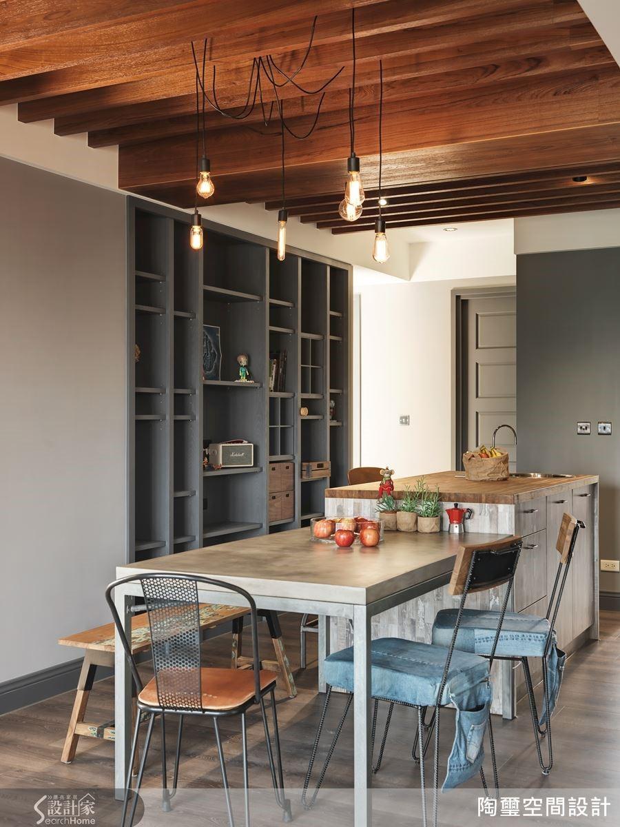 餐廳的木樑間纏繞著富有個性的垂吊燈飾,搭配特意由國外進口的水泥桌板與隨興的鐵件單椅,創造冷冽的個性化元素,與實木吧台檯面形成饒富興味的衝突美感。