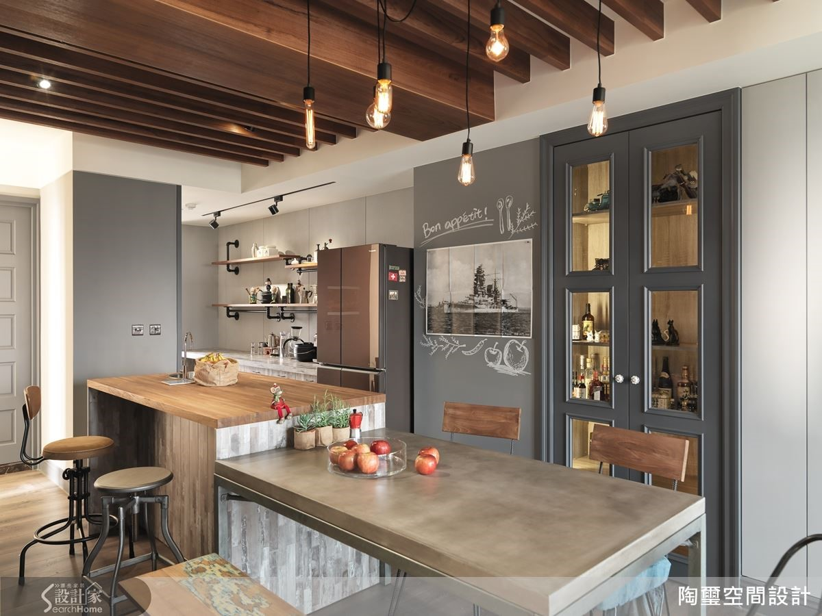 開放餐廚空間增設調酒區,利用水管與層板釘製置物空間,成為品味端景。