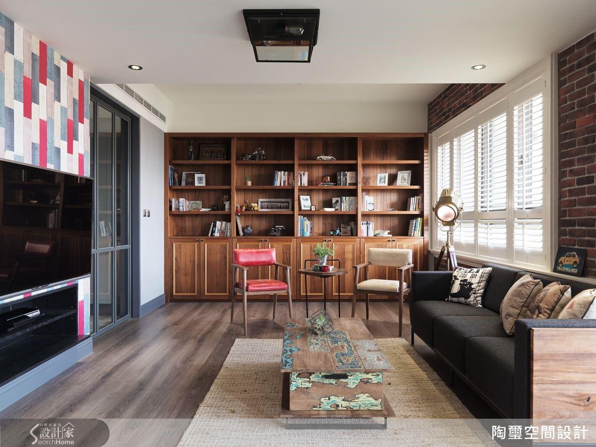 設計師更在柚木實木書櫃打造備用電視牆功能,提供居家使用的多元性。