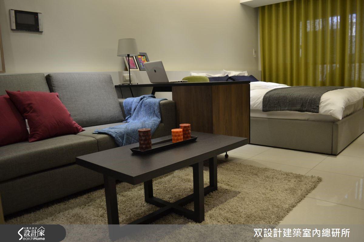 10 坪單身小套房,以灰白階作為基礎色調,搭配部分的黑色鐵件勾勒出空間的線條美感,窗戶端景為帶有透光性芥末黃窗簾,增添空間彩度,色彩搭配得宜,呈現出簡單大方的品味。