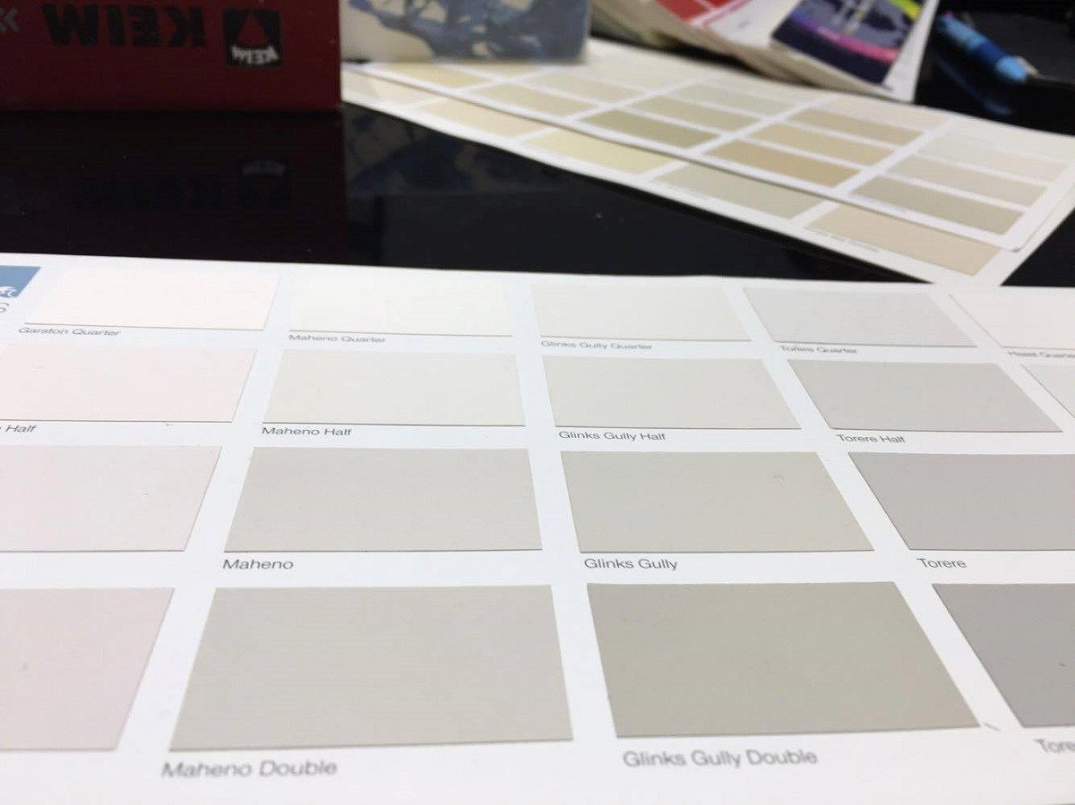 國外的色卡會另外貼在紙上,看起來更貼近視覺上的真實色彩。