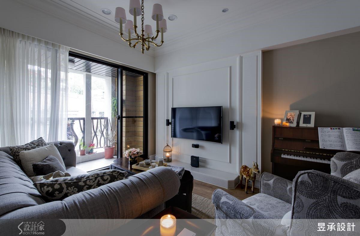 電視牆採簡單線板設計,搭配藤色鋼琴區背牆設計,凸顯美式風格氣質,映襯戶外陽台的木條牆與自然綠意更添風雅。