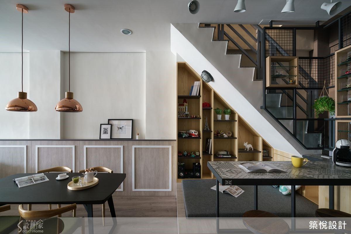 梯間樑下不只規劃出收納牆,還配置出多機能的臥塌區和吧檯,徹底發揮每一吋空間的使用坪效。