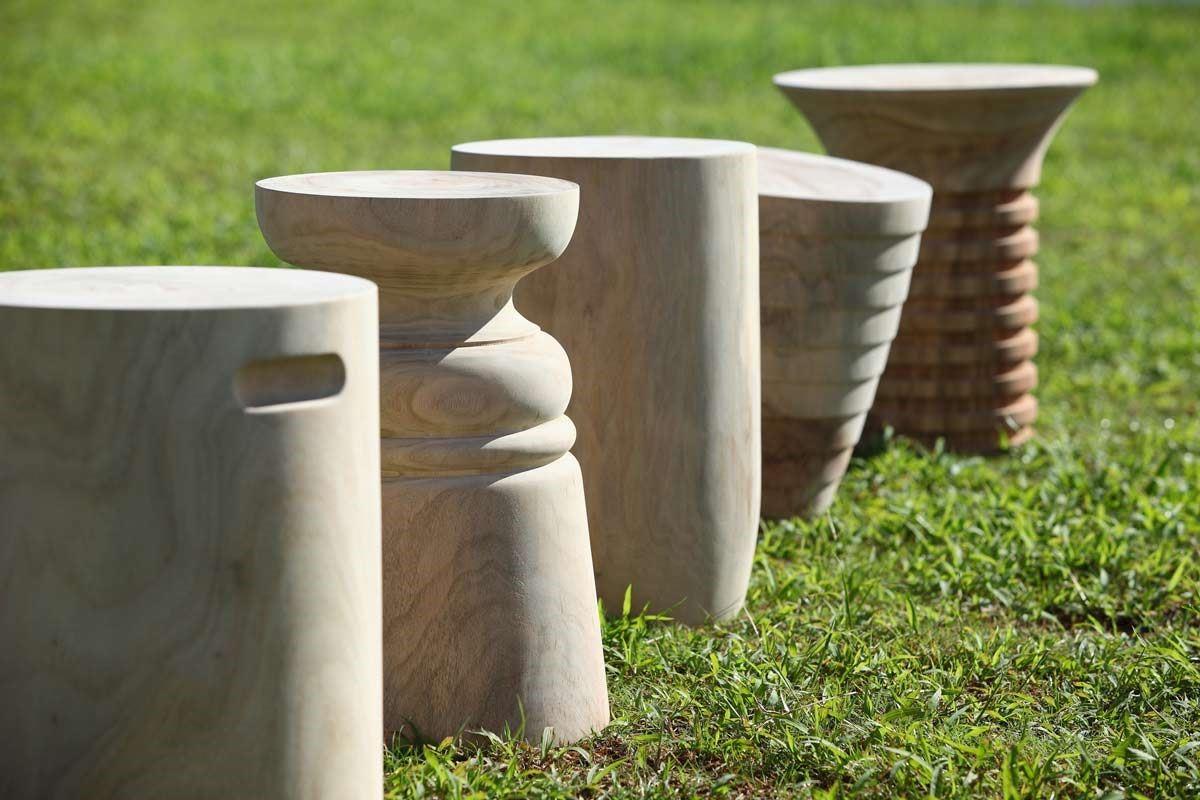 整塊香樟木製作的椅凳,有西洋棋、陀螺、圓柱及螺絲等造型,天然的色澤及紋路,每一件都是獨一無二的作品。