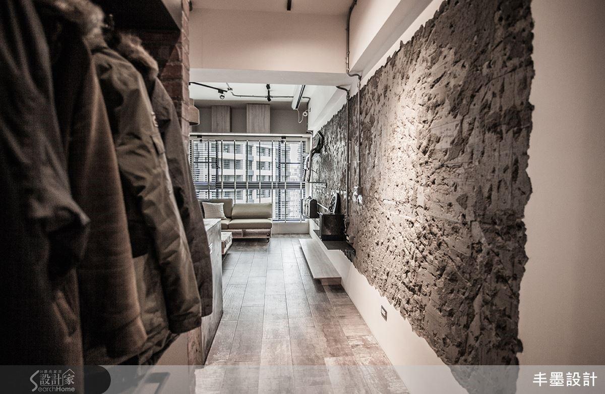 玄關以與儲藏室共用的畸零空間構成極簡便利的鞋履收納空間;連接客廳主牆將粉刷層刻意打掉,保留自然穿鑿油畫般的肌理觸感在原始裸露混凝土牆上,畫景跨度至起居區放大空間感受。