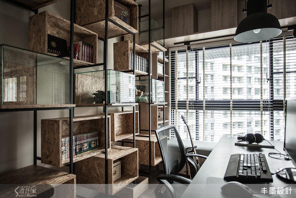 書櫃鐵架烤上黑色棉棉漆,精工細作如一體成形,不同大小組合的活動式箱子,是主人的展示櫃,更是貓咪的跳台樂園。