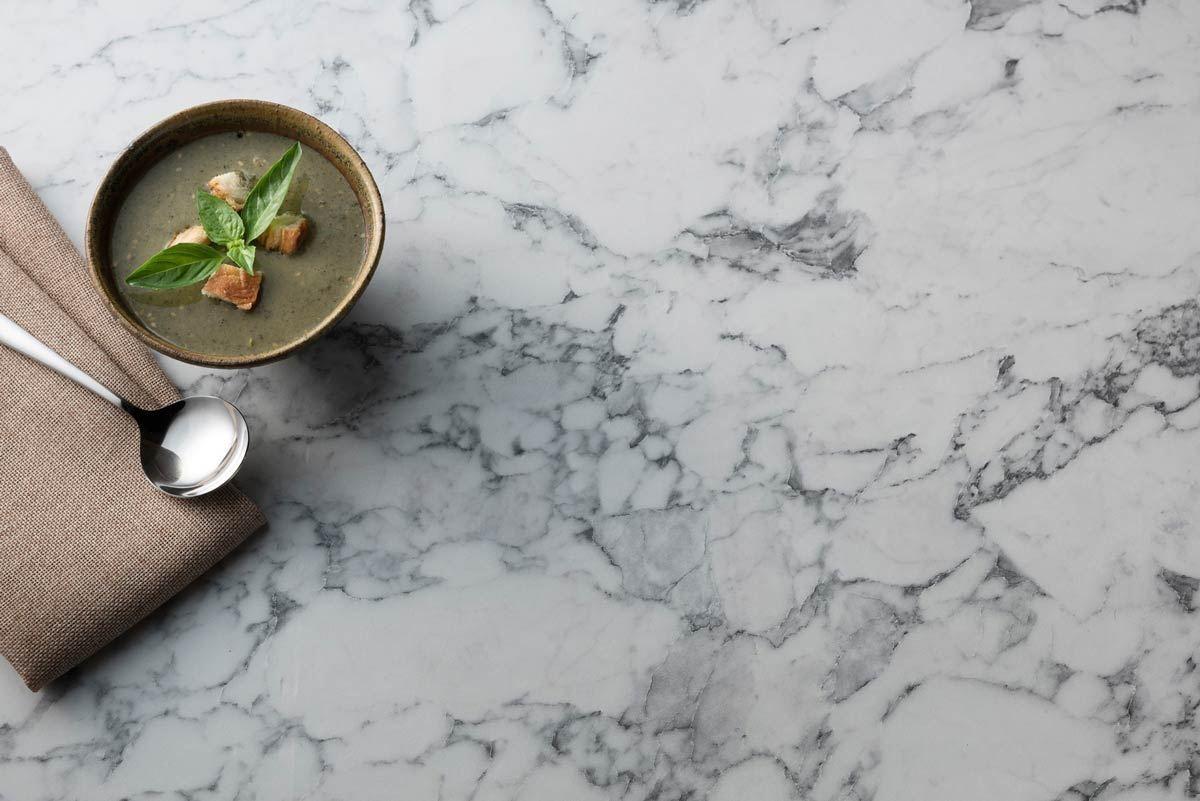 【407 卡拉拉白Torano White 】– 來自義大利石材的細緻質理,以純潔白為基底,展現出不凡的美感氣度,經典的紋路呈現自由奔放的跳躍,如同山水潑墨畫的意境,加上簡練的底色對比,展演內斂、理性的居家表情。