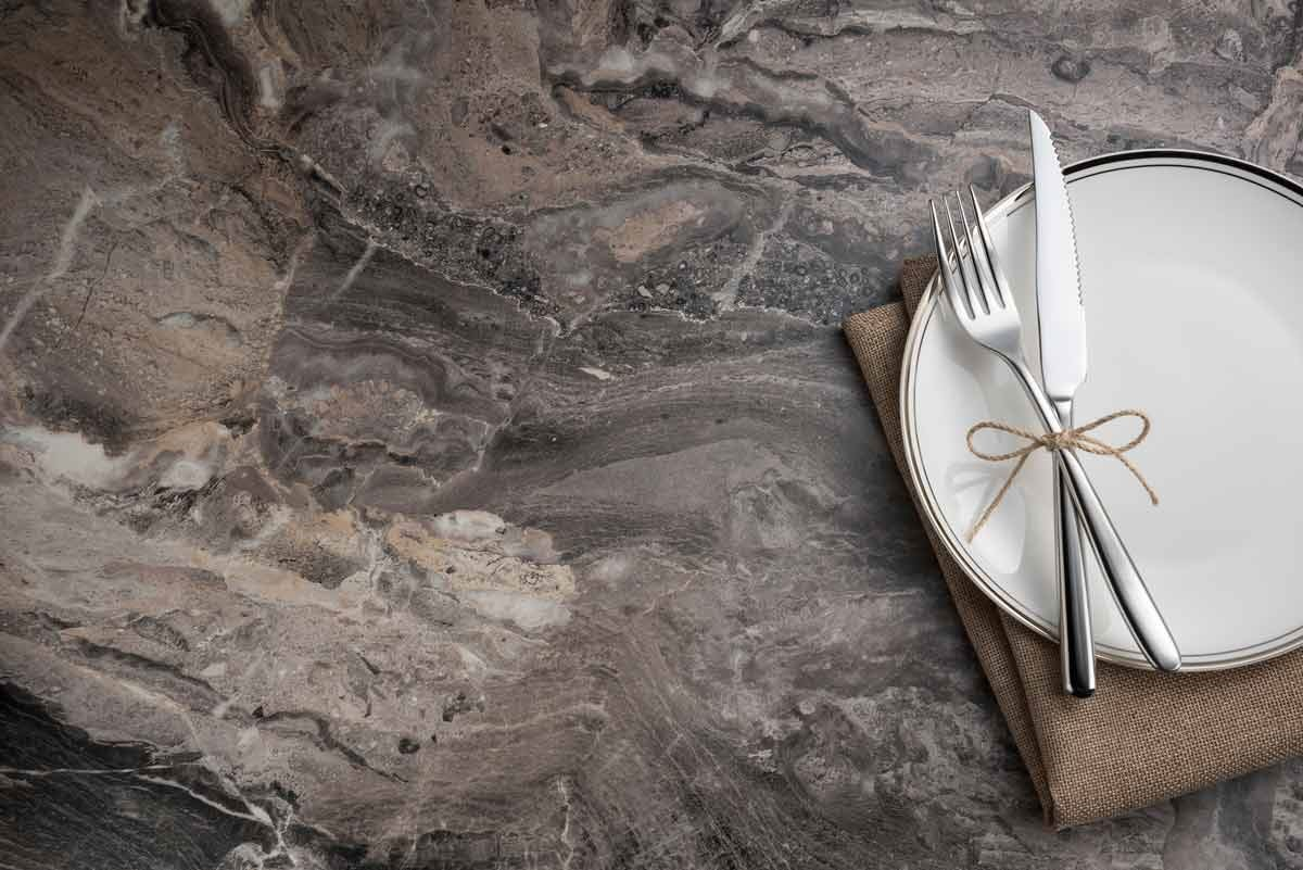 【409 安格拉灰Paladina】-將大地色的色階巧妙結合,提升石材的溫度,交織出開闊、協調的嶄新氛圍。自然仿石紋理,猶如天然畫作,將大自然融入居家空間中,驚豔、大器、匠心獨具。