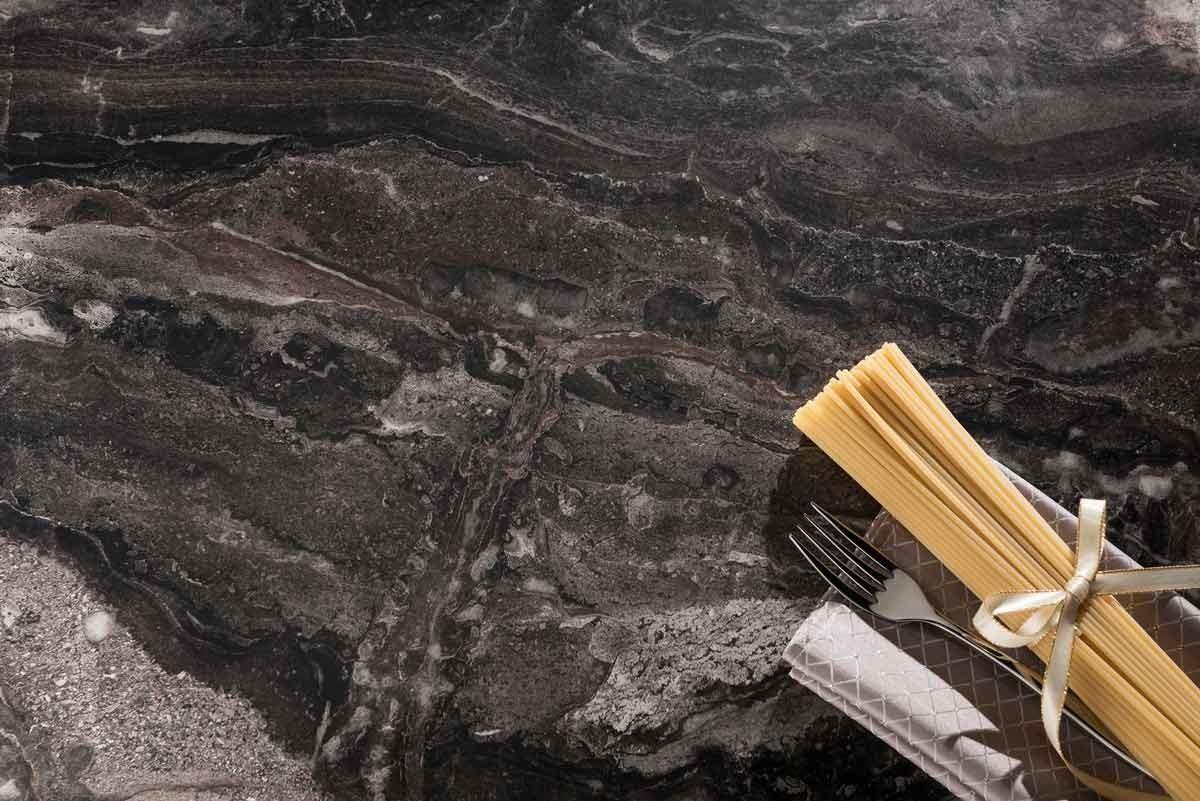 【 410 安格拉黑Paladina】-多階的黑灰色調與不規則的紋理點綴,佐以特殊元素打亮,少了石材原有的厚重感,增加板材本身的跳躍性,整體的光澤,生命力十足。身處居家,也能感受天然巨石的壯麗非凡。