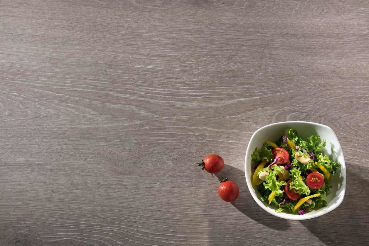【 404 灰橡洗白Oak Rovere】-深淺交錯的紋理與巧妙的白色元素,搭配上內斂的灰黑色,平衡了空間溫度。沉穩卻又帶點活潑的樣貌,營造現代簡約的生活質感。