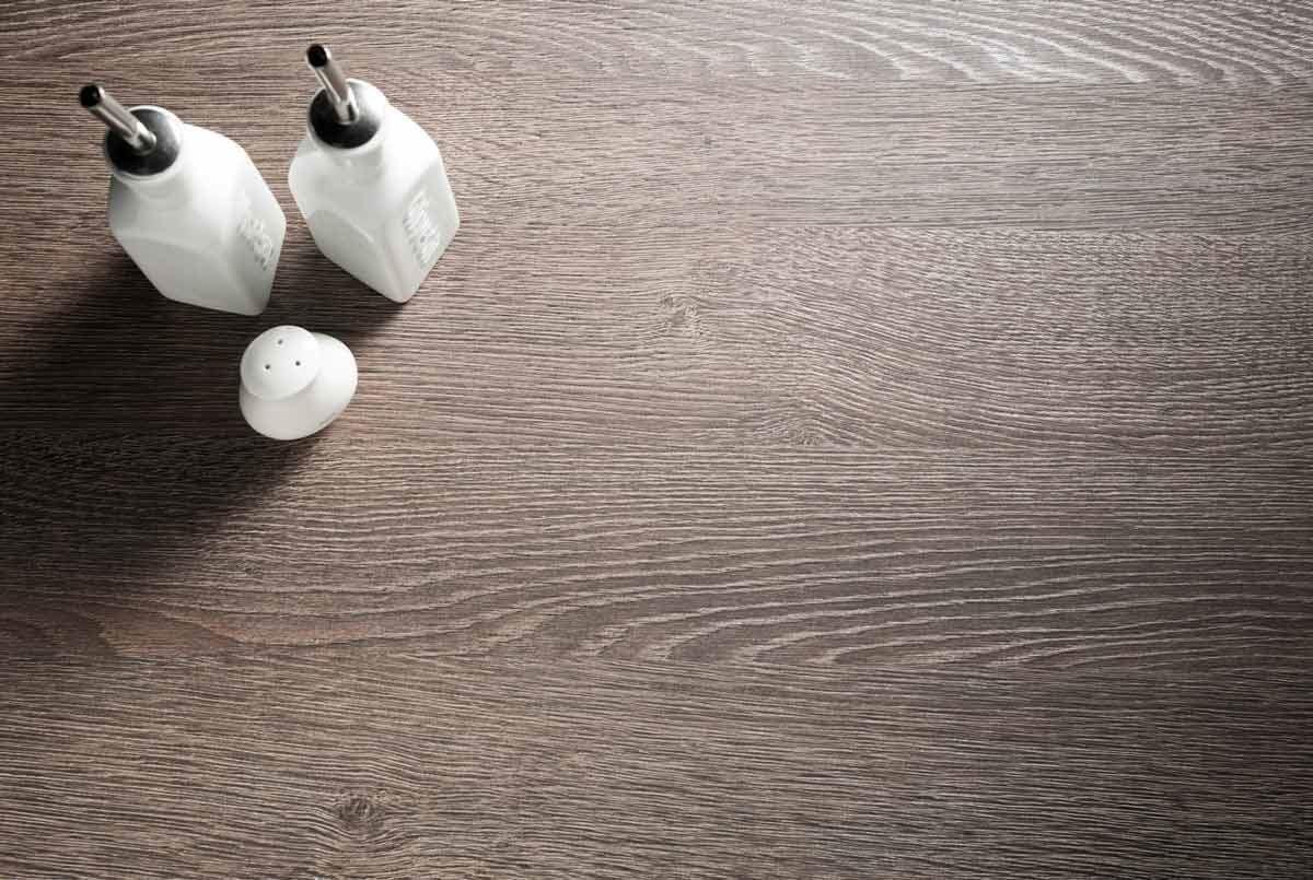【729 巴西橡木 Oak Brazil】-粗細拿捏與穠纖合度的天然紋理,為空間帶來「滿載」的豐富感。深淺層次與色調,給予空間沉著、略顯粗獷的霸氣,造就風格獨具的個性化空間。