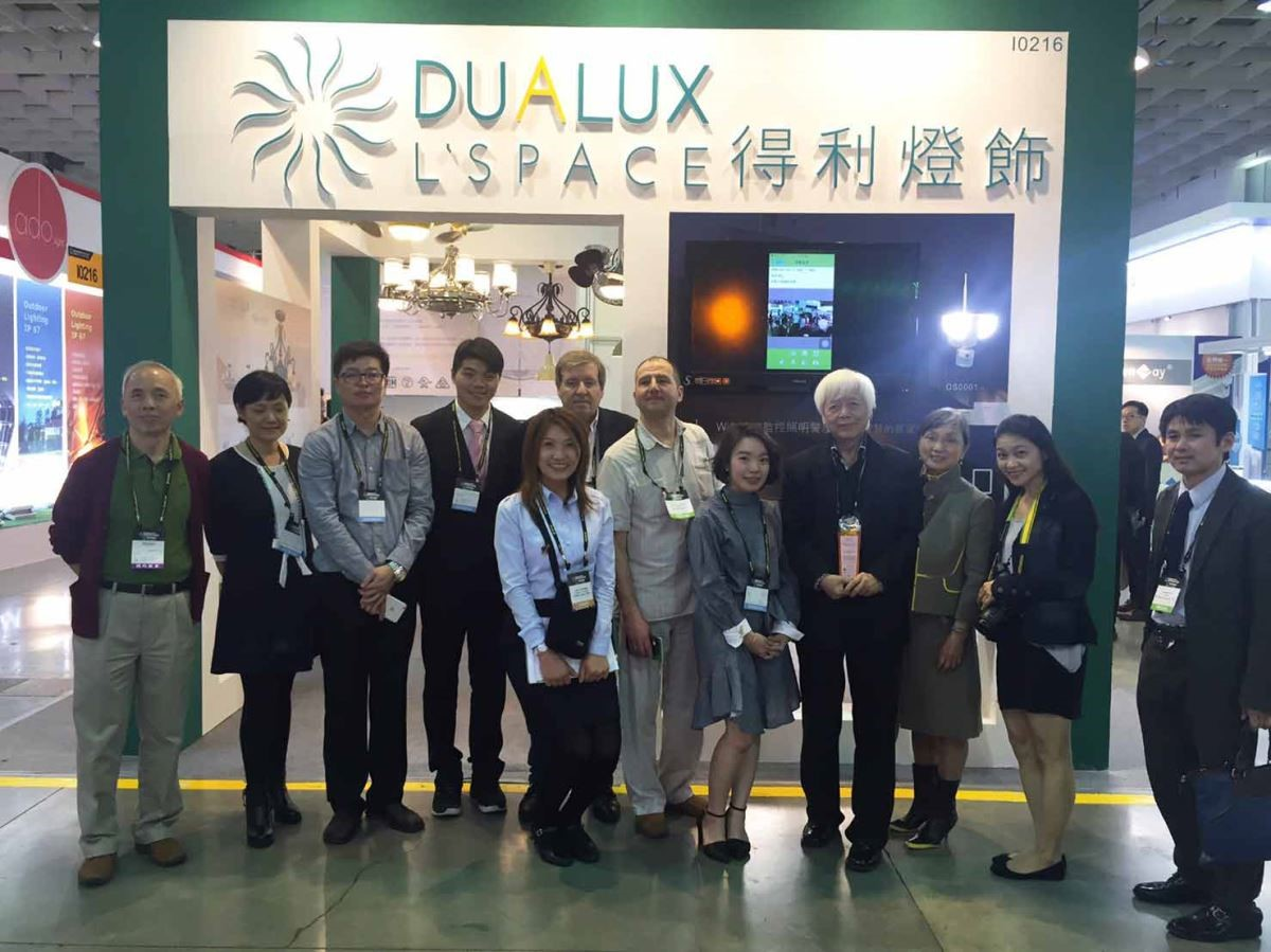 得利燈飾榮獲經濟部國際貿易局「創新產品獎」優勝,團隊成員與有榮焉。