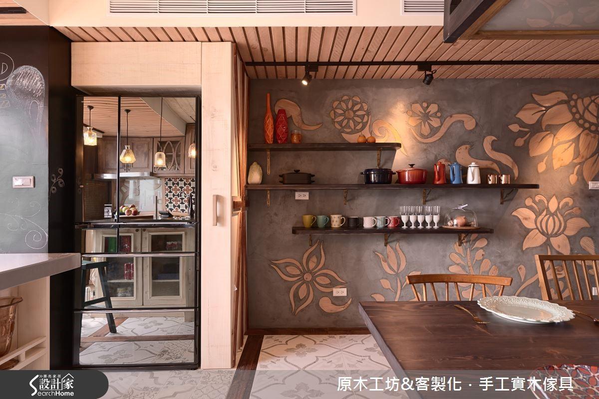 以清水模概念的牆面崁入木質雕花,工藝細緻,為餐廳植入一番別具生氣的背景。
