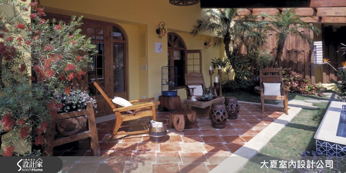 若擁有日照充足的大陽台,可利用草坪、灌木與木本植物打造富層次的植栽景觀,鋪設復古磚、刷上豔黃色油漆,儼然成為義式鄉村宅。
