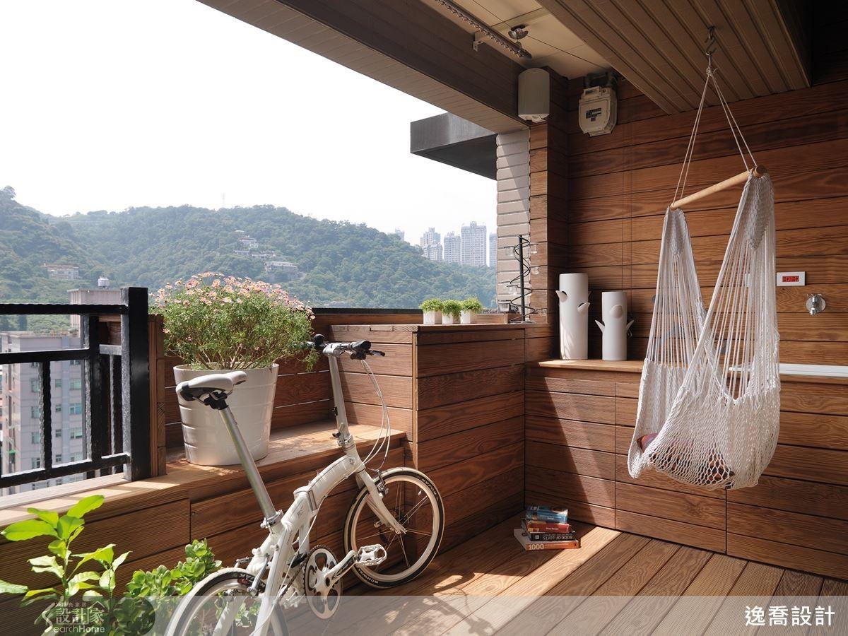 將露天陽台地坪與牆面全數鋪上防潮耐腐的碳化南方松,相當適合台灣的戶外天氣,再加上一張吊床,就像身處度假別墅。