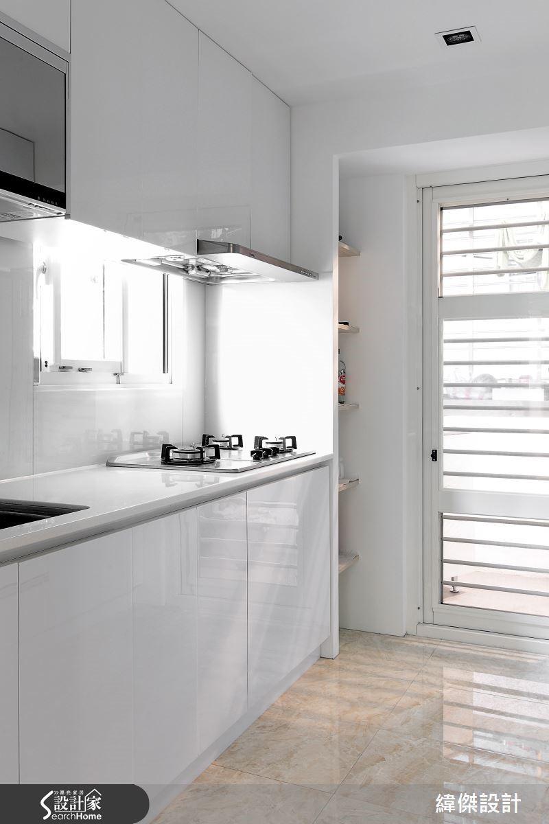 設計師配置玻璃推拉門導引光線,使室內採光量不變,卻賦予新的分享面積。