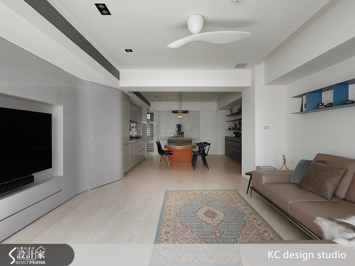 整體空間為呈現漂浮的視覺感受,通過懸浮的中島桌面為主軸牽引,由家飾物件和材質一一烘托圍塑。