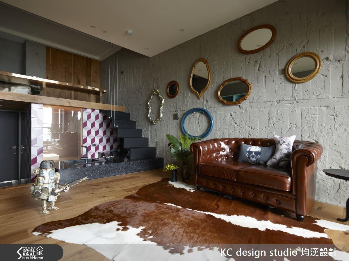 水泥牆如同未填色的畫布,簡單的畫框掛飾在留有模板痕跡的牆面上就是不具聲色的精彩展演。