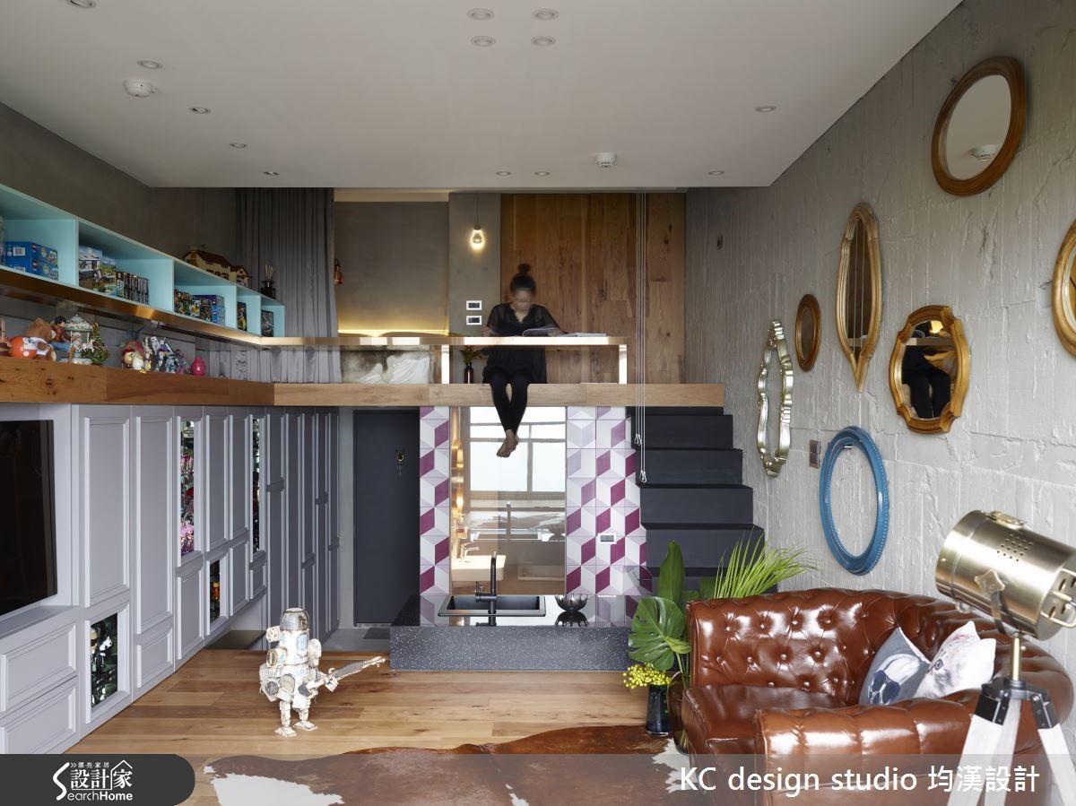 裸露的水泥牆面與相對精緻的古典線板立面,高度精緻與低限裸露的對比拉升強烈的空間張力。