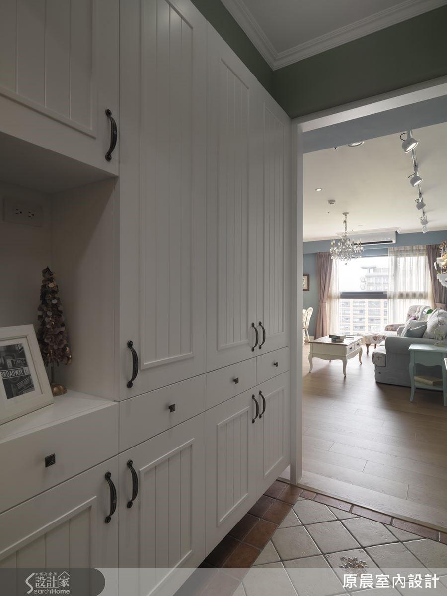 機能性強的收納櫃,門片以線板點綴出玄關的鄉村風情,彩繪的花磚則散發出復古的典雅韻味。