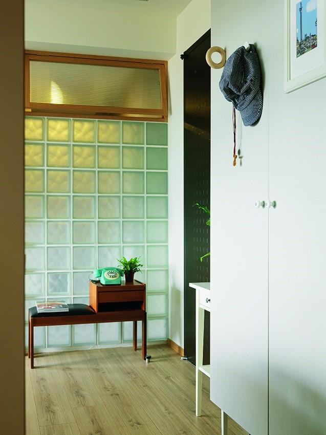 浴室入口調整位置之後,隔間部分選擇以玻璃磚打造而成,最上方更結合上掀窗的形式,讓沒有對外窗的浴室能提升明亮度以及達到良好的空氣流通。