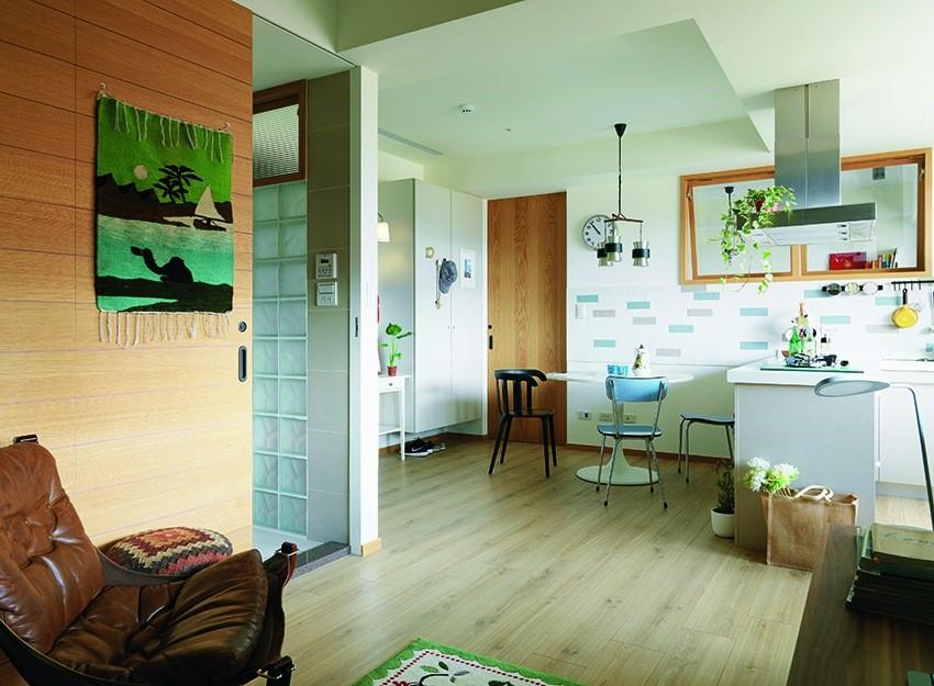 將浴室動線挪移至沙發牆側面,同時以橫推拉門的形式規劃,反倒有延伸沙發背牆尺度的效果,空間的水平軸線因而放大。