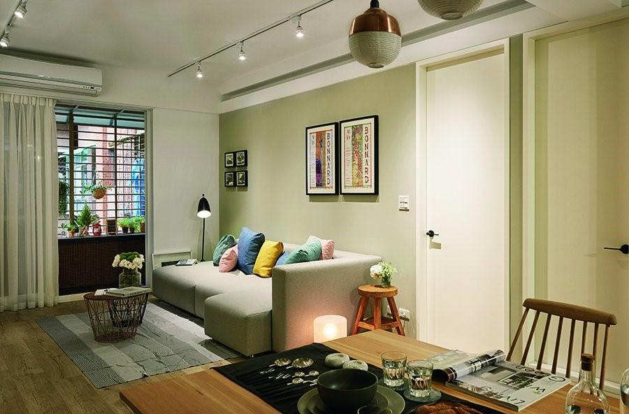 有別於一般間接燈光總是圈圍天花板的規劃,此處於沙發上端的天花板做出一道俐落的燈槽設計,除了給予照明、氛圍的加強,線條的延伸更令空間尺度再度拉大。
