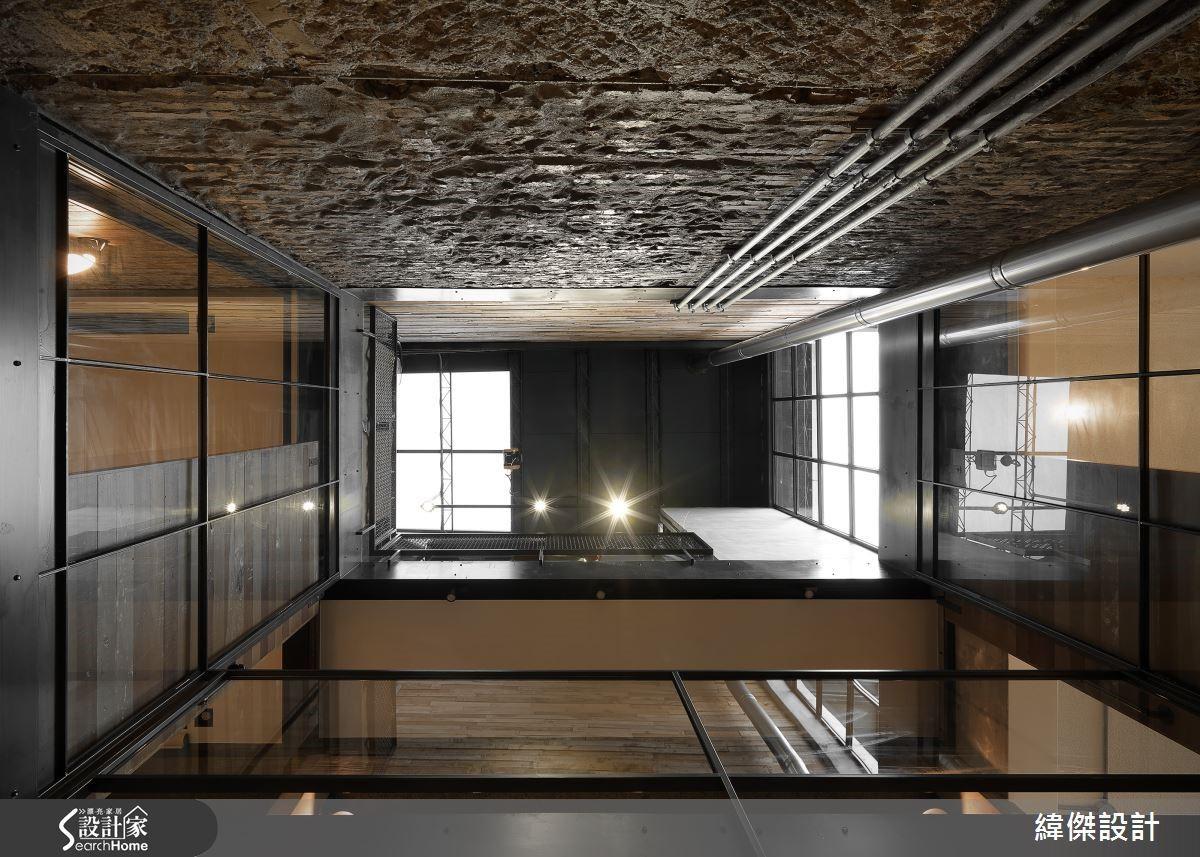 挑空的天井導入飽滿日光,構成充盈的光線及活化空氣對流。