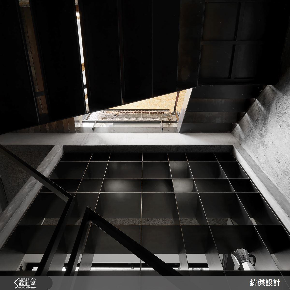 材質質感表面由於光線也能顯露更細微的面貌,鐵件陳列櫃具隱約穿透的效果保留住了光的動線。