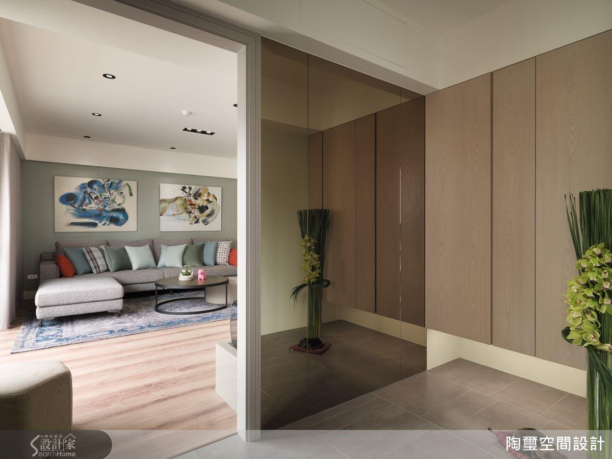 另外設計師更建議,可依居家大小,在玄關設置至少 0.5 坪的收納空間,將有效解決雜物堆積的困擾。