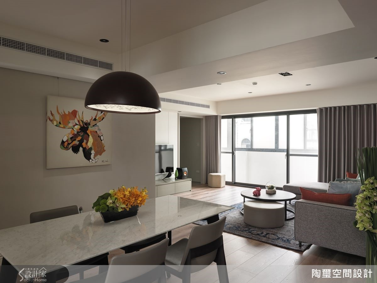 利用大理石桌面,為多功能長桌完成易清潔、好收整的想望。