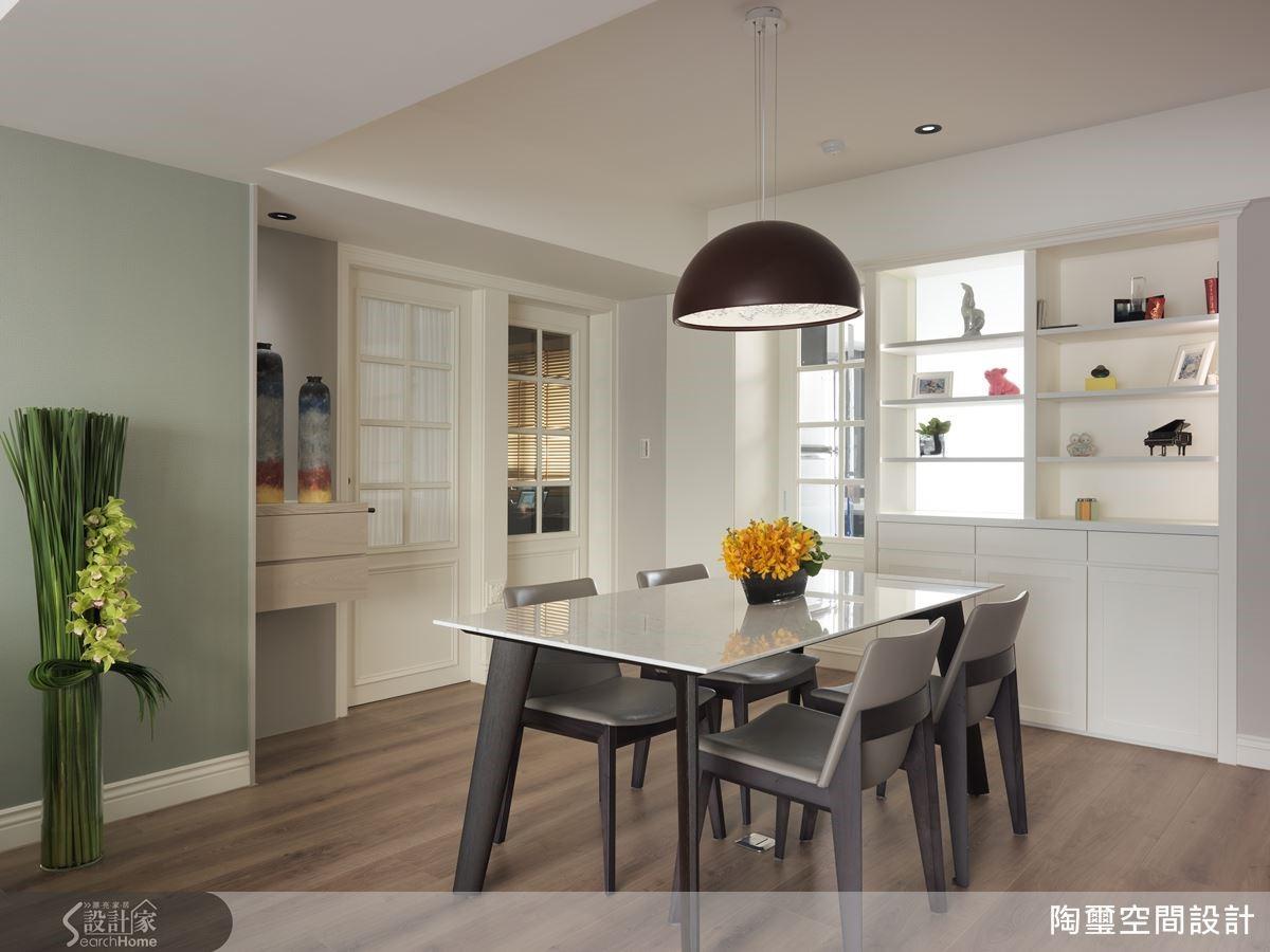將展示櫃面換成噴砂玻璃,巧妙援引來自廚房的日光,為歡聚時光增添滿室明亮。