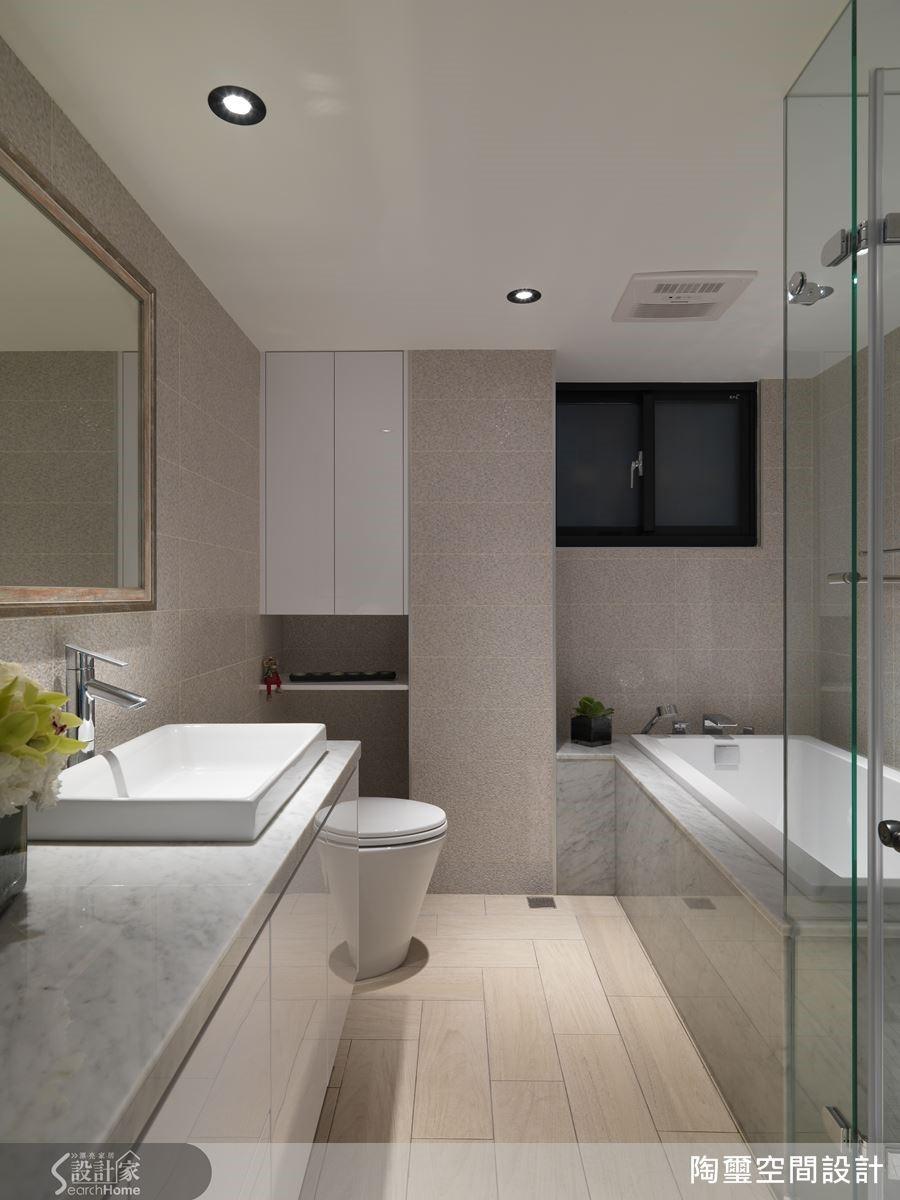 浴室採用防滑木紋磚,搭配大理石浴缸表面,進一步提升質感。