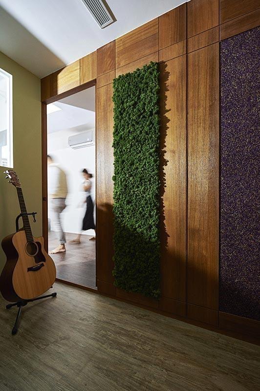 正中央的「冰島苔蘚板」是100% 天然吸音材,與空間一起呼吸的有機建材,不只可以淨化空氣,更成為主人與客人間互動的話題討論。