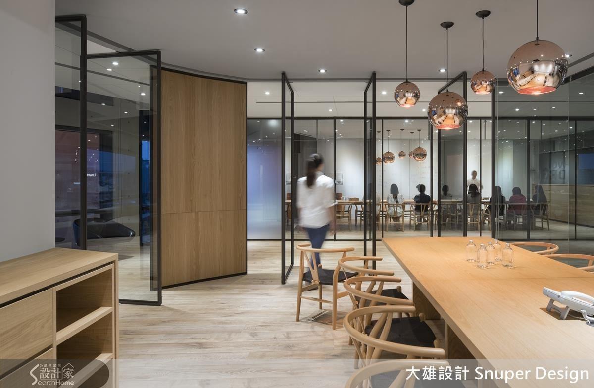 灰玻的穿透與門片的立面造型讓空間與使用者不斷的創造高互動與親密對話。
