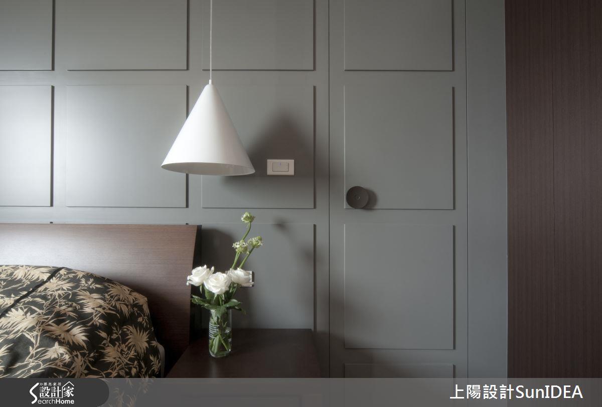 三角錐吊燈造型可收整光線,營造優雅大方的光感,相當適合搭配新古典裝修。