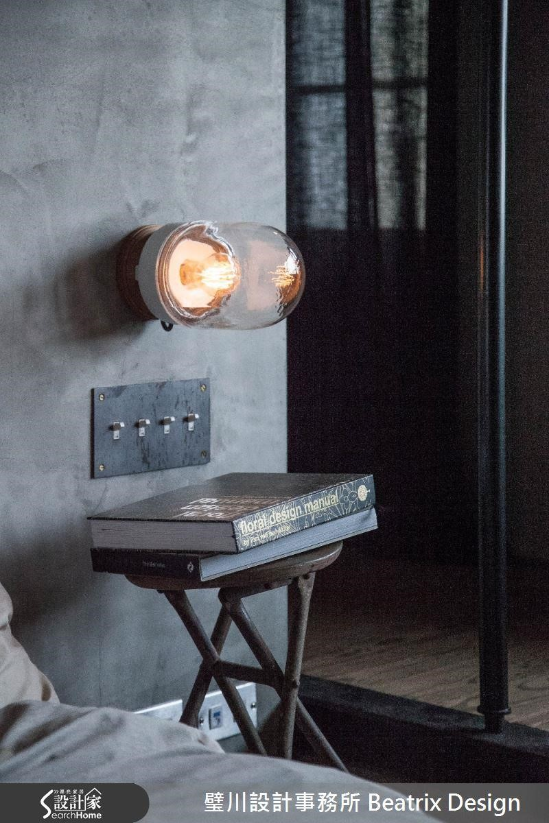 在水泥粉光上裝設傳統燈泡與老式開關,讓臥房充滿復古而時髦的氣息。