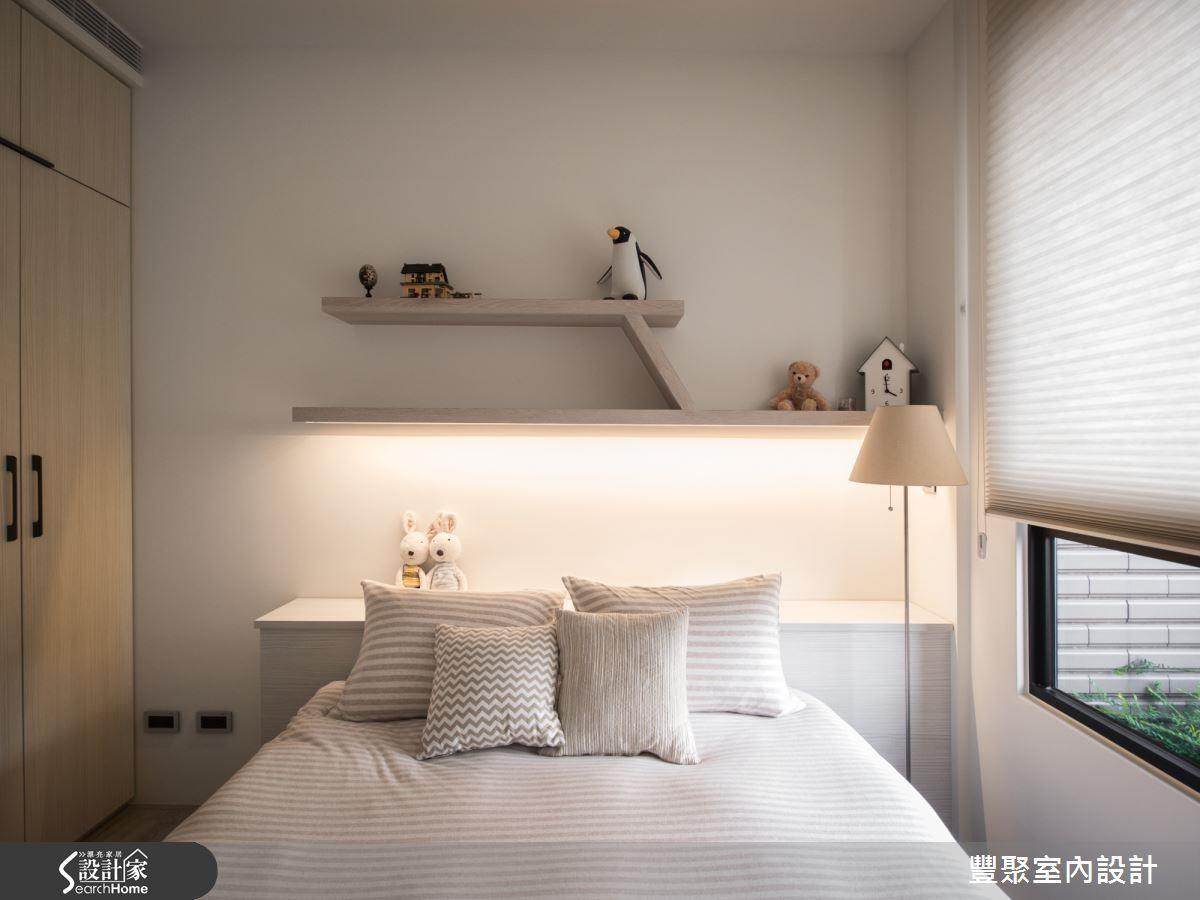 許多人喜歡在床頭以層板增添收納用度,不妨在下方加入間接照明,就能讓照明兼具收納機能!